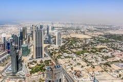 Ideia aérea da skyline de Dubai, opinião de surpresa do telhado Sheikh Zayed Road Residential e arranha-céus do negócio em Dubai  foto de stock royalty free