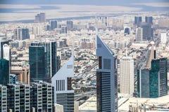 A ideia aérea da skyline de Dubai, a opinião de surpresa do telhado de Dubai Sheikh Zayed Road Residential e os arranha-céus do n foto de stock