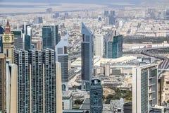 A ideia aérea da skyline de Dubai, a opinião de surpresa do telhado de Dubai Sheikh Zayed Road Residential e os arranha-céus do n imagens de stock
