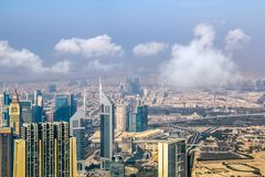 A ideia aérea da skyline de Dubai, a opinião de surpresa do telhado de Dubai Sheikh Zayed Road Residential e os arranha-céus do n fotos de stock