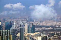 A ideia aérea da skyline de Dubai, a opinião de surpresa do telhado de Dubai Sheikh Zayed Road Residential e os arranha-céus do n imagem de stock royalty free