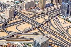 A ideia aérea da skyline de Dubai, a opinião de surpresa do telhado de Dubai Sheikh Zayed Road Residential e os arranha-céus do n fotografia de stock