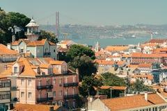 Ideia aérea da skyline do centro de Lisboa da cidade e dos 25 históricos velhos de abril Bridge 25a April Bridge Imagens de Stock