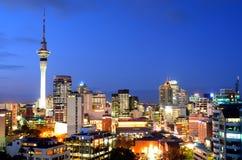 Ideia aérea da skyline do centro financeiro de Auckland no crepúsculo fotografia de stock royalty free