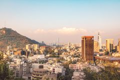 Ideia aérea da skyline do Santiago com San Cristobal Hill - Santiago, o Chile foto de stock