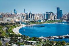 Ideia aérea da skyline urbana Baku com prédios modernos numerosos sob a construção foto de stock
