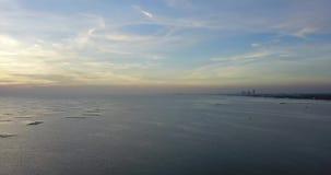 Ideia aérea da viagem de superfície do mar ao redor com o por do sol bonito que mostra barcos na água, tiro do zangão, videografi vídeos de arquivo