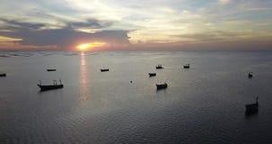 Ideia aérea da viagem de superfície do mar ao redor com o por do sol bonito que mostra barcos na água, tiro do zangão, videografi filme