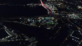 Ideia aérea das luzes e do tráfego em Oakland, Califórnia na noite filme