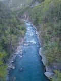 a ideia aérea de fluir o rio da floresta cercou fotos de stock