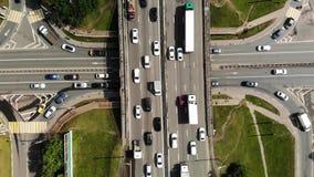 Ideia aérea de lapso de tempo da junção de estrada grande na cidade com carros, caminhões, ônibus filme