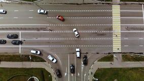 Ideia aérea de lapso de tempo da junção de estrada na cidade com carros, ônibus vídeos de arquivo