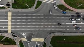 Ideia aérea de lapso de tempo da junção de estrada na cidade com carros Interse??o na cidade pequena video estoque