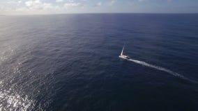 Ideia aérea de navegar o iate branco na água azul vazia de oceano contra o céu, Mauritius Island filme