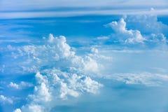 Ideia aérea de nuvens claras e da atmosfera do céu vista do plano fotos de stock