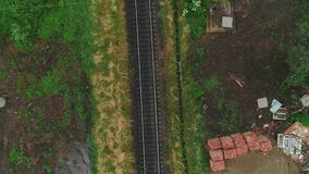 Ideia aérea de seguir caminhos de ferro abandonados oxidados velhos 4K vídeos de arquivo