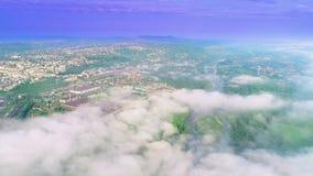 Ideia aérea de surpreender o céu nebuloso da névoa roxa sobre casas e rio 4K video estoque
