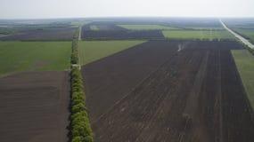 Ideia aérea de um campo de cima de na primavera fotografia de stock royalty free