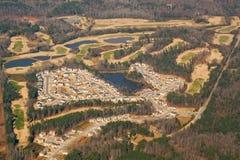 Ideia aérea de um developme do campo de golfe e da carcaça Imagens de Stock