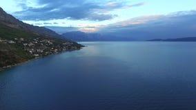 Ideia aérea de um litoral montanhoso após um temporal, Croatoa filme