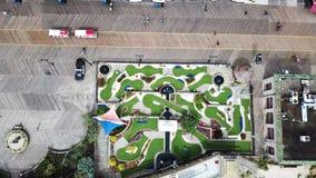 Ideia aérea de um mini campo de golfe vazio video estoque