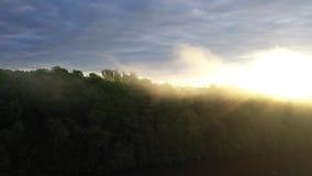 Ideia aérea de um nascer do sol nevoento vídeos de arquivo