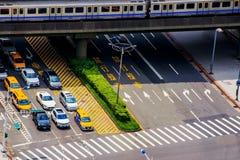 Ideia aérea de uma estrada de cidade e da estação do MRT imagens de stock royalty free