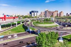 Ideia aérea de uma interseção da autoestrada Junções de estrada em uma cidade grande Foto de Stock
