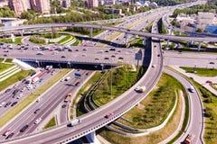 Ideia aérea de uma interseção da autoestrada Junções de estrada em uma cidade grande Imagens de Stock Royalty Free