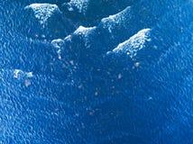 Ideia aérea de uma textura claro da água do mar Vista de cima do fundo azul natural Reflexão da água da ondinha de turquesa no tr foto de stock royalty free