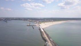 Ideia aérea de Ventspils Letónia do porto do vídeo da opinião superior 4K UHD do zangão do campo filme