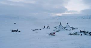 Ideia aérea do acampamento dos yurts em Yamal, no tempo de inverno duro Disparado na epopeia vermelha vídeos de arquivo