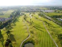 Ideia aérea do campo de golfe verde em Tailândia fotos de stock royalty free