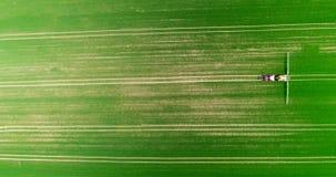 Ideia aérea do campo de trigo de pulverização do trator vídeos de arquivo