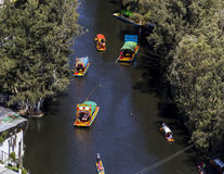 Ideia aérea do canal do xochimilco com barcos típicos Foto de Stock Royalty Free