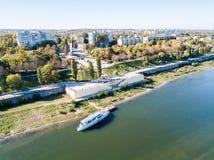 Ideia aérea do centro da cidade calmo do dobrador de Bendery, embarkment do rio de Dniester com um barco de prazer, em não reconh imagens de stock royalty free