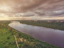 Ideia aérea do centro da cidade de Vistula River e de Varsóvia Fotografia de Stock Royalty Free