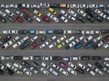 Ideia aérea do estacionamento aglomerado do carro imagem de stock royalty free
