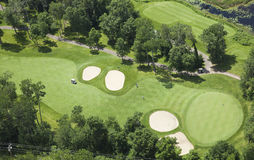 Ideia aérea do fairway e do verde do campo de golfe imagens de stock royalty free