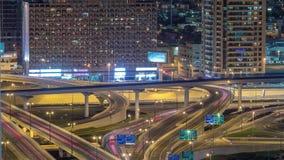 Ideia aérea do intercâmbio da estrada no timelapse do centro da noite de Dubai video estoque