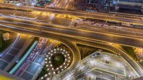 Ideia aérea do intercâmbio da estrada no timelapse do centro da noite de Dubai vídeos de arquivo