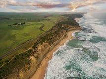 Ideia aérea do litoral áspero na grande estrada do oceano foto de stock royalty free