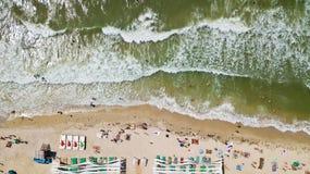 Ideia aérea do litoral com uma praia e um mar com ondas - parte superior Fotos de Stock Royalty Free