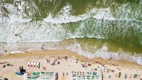 Ideia aérea do litoral com uma praia e um mar com ondas - parte superior Fotografia de Stock Royalty Free
