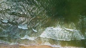 Ideia aérea do litoral com uma praia e um mar com ondas - parte superior Imagens de Stock Royalty Free
