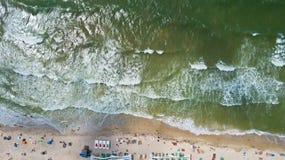 Ideia aérea do litoral com uma praia e um mar com ondas - parte superior Imagem de Stock