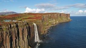 Ideia aérea do litoral dramático nos penhascos por Staffin com a cachoeira famosa da rocha do kilt - ilha de Skye - video estoque