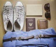Ideia aérea do men& x27; equipamentos ocasionais de s na placa de madeira Fotografia de Stock