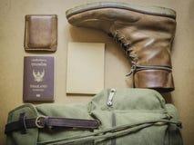 Ideia aérea do men& x27; equipamentos ocasionais de s na placa de madeira Foto de Stock