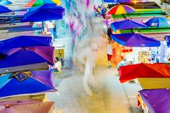 Ideia aérea do mercado de rua de Yuen do fá na noite fotografia de stock royalty free